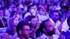 Máscaras 'esquecidas' e apertos de mão durante Convenção Nacional do Chega. Veja as imagens