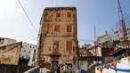 """""""Isto é uma miséria"""": No centro de Lisboa ainda há quem não tenha luz e despeje dejetos na rua"""