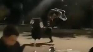 Falta de máscara leva a rixa violenta no Parque das Nações