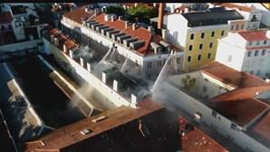 Imagens de drone mostram destruição pelo fogo de várias coberturas em prédios de Lisboa. Há 13 desalojados