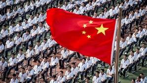 Berço da pandemia na China regressa às aulas com celebração... e sem máscaras