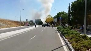 Autocarro consumido pelas chamas em Oeiras