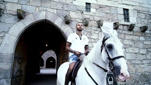 Quaresma assina pelo Guimarães e apresenta-se em cima de cavalo branco