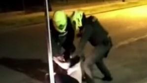 """""""Por favor, mais não"""": homem morre após ser submetido a choques elétricos pela polícia"""
