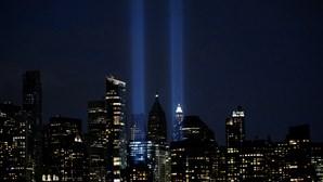 As luzes que chegaram aos céus de Nova Iorque e fizeram recordar a tragédia que há 19 anos chocou o Mundo. Veja as imagens