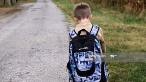 Pais deixam filho na escola sabendo que estava infetado com coronavírus