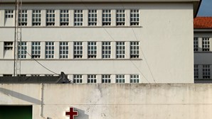 Há quinze casos ativos de Covid-19 nas cadeias