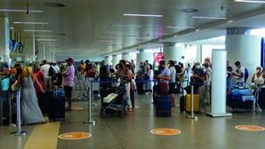 Milhares de britânicos invadem aeroporto de Faro para fugir à quarentena