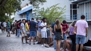 Abraços, beijos e álcool na rua. Estudantes de Lisboa sem máscara ignoram pandemia do coronavírus
