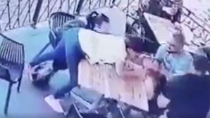 Câmara de vigilância capta tentativa de rapto: homem invade esplanada e tenta levar menina