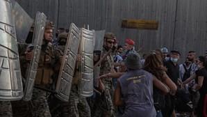 Polícia usa balas de borracha para dispersar manifestação que pede responsabilidade pelas explosões em Beirute