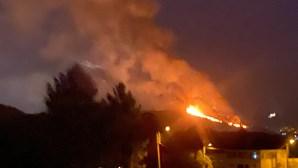 Incêndio em Sintra que mobilizou 90 bombeiros apoiados por 29 viaturas em fase de rescaldo