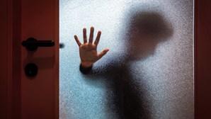 Professor viola três filhos de amigo de infância em Sintra