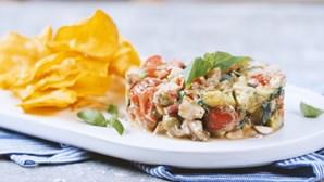 Tártaro vegetariano colorido e apetitoso