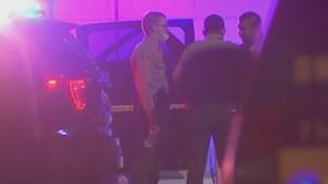 Dois agentes da polícia baleados em carro patrulha em Los Angeles