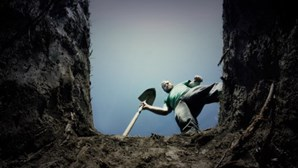 Obrigados a cavar sepulturas por não usarem máscara contra a Covid-19