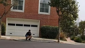 "Youtuber filma-se a defecar à porta da casa de Nancy Pelosi: ""Isto foi pelo Trump"""