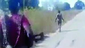 Vídeo de militares a executar mulher nua na berma da estrada choca Moçambique