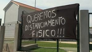 Boicote no regresso às aulas em Barcelos: Pais colocam tronco a barrar entrada de escola
