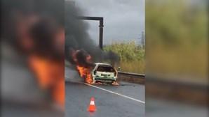 Carro destruído por incêndio na CRIL em Odivelas