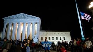 Bandeiras dos EUA a meia-haste após morte de juíza de Supremo Tribunal