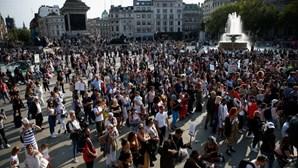 Milhares de pessoas reúnem-se em Londres em protesto contra medidas de combate à Covid-19. Veja as imagens