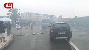 Multidão de adeptos do FC Porto acompanha saída do autocarro