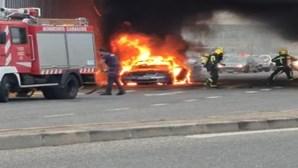 Carro consumido pelas chamas em Alfragide