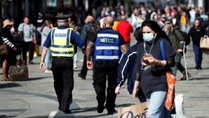 Isolamento obrigatório por lei em Inglaterra a partir de hoje. Incumprimento dá direito a multa