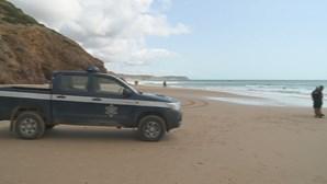 Retomadas buscas para encontrar belga desaparecido na praia das Furnas em Vila do Bispo