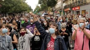 Centenas de pessoas protestam em Madrid contra o confinamento seletivo. Veja as imagens
