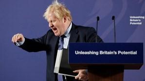 Reino Unido com teletrabalho e adiamento de adeptos nos estádios para combater Covid-19