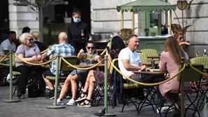 Bares e restaurantes no Reino Unido fecham portas às 22h