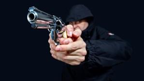 Rouba minimercado na Amadora com arma