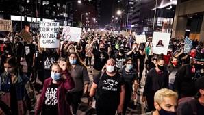 Dois polícias baleados em protestos nos EUA por morte de jovem negra sem culpados