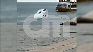 Caravana cai ao Tejo em Lisboa. Condutor salta em andamento. Veja as imagens