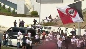 Trânsito parado e petardos junto ao Estádio da Luz durante homenagem dos No Name Boys a antigo membro falecido