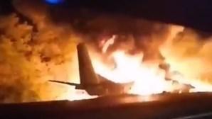 Avião militar ucraniano cai junto à fronteira com a Rússia e faz pelo menos 22 mortos