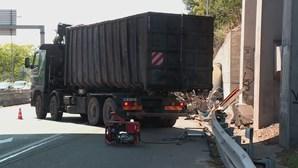Camião capota no Eixo Norte-Sul junto ao Viaduto Duarte Pacheco