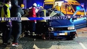 Colisão entre dois carros faz três feridos e corta o trânsito na EN203 em Ponte de Lima