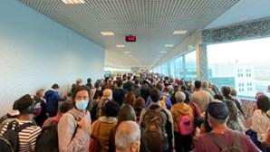 Ajuntamento com centenas de pessoas no Aeroporto de Lisboa devido a controlo de testes à Covid-19. Veja as imagens