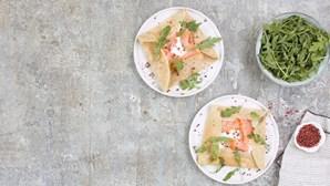 Receita leve e deliciosa: crepes integrais de salmão fumado com queijo-creme