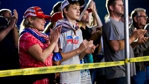 Foi esta a festa dos apoiantes de Trump durante o debate presidencial: todos juntos e sem máscara