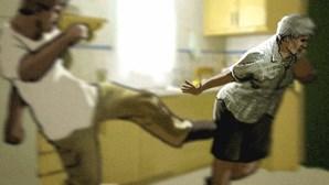 Jovem de 16 anos usa x-ato contra mãe e ajuda pai a atacá-la