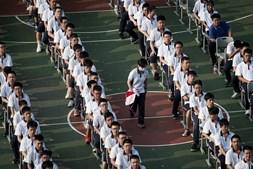 Alunos regressam às aulas na cidade berço da pandemia