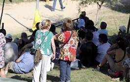 Visitantes refugiaram-se à sombra durante um concerto sem cumprir a distância física