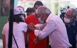 Secretário-geral do PCP cumprimenta com o cotovelo uma participante