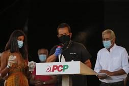 Voluntário desinfeta microfone no púlpito onde Jerónimo de Sousa fez o discurso de encerramento do evento