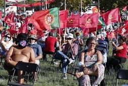Militantes assistem ao comício de encerramento da 44ª edição da Festa do Avante!