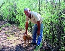 Armando Clemente e a cadela Matreira, que ajudou a localizar o cadáver do homicida de Lalim